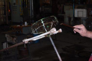 Raci Borowice Górne, производств стекла, работник в цеху по производству стекла