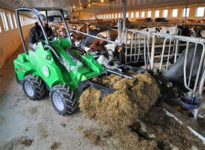 9544, фермер, работать на ферме, семейная пара на ферму, доить коров, ездить на тракторе